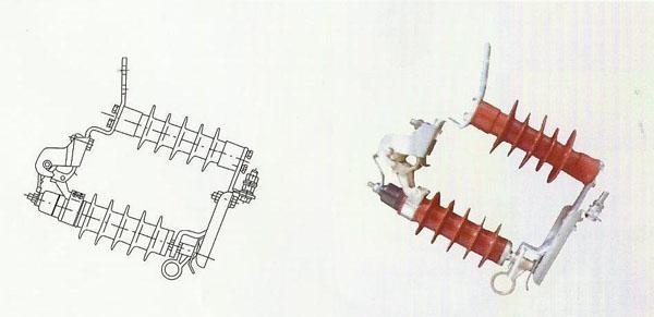 一、概述 跌落式(可投式、可卸式)避雷器是将配电型氧化锌避雷器改装后巧妙地安装在跌落熔断器的跌落式机构上,达到在不断电的情况下,可以借助绝缘拉闸操纵杆方便地对避雷器进行检测,维修与更换,不但保证了线路的畅通,而且大大地减少了电力维护人员的工作强度和时间,特别适合于不宜停电的场所如邮电通讯、机场车站、医院、繁华商业区等。产品其它性能同配电型避雷器。 第二代跌落式避雷器增加了脱离器,在避雷器出现异常发生故障时,利用工频短路电流让脱离器动作,使脱离器接地端自动脱开,避雷器元件翻落,退出运行防止事故进一步扩大,并易于维护人员及时发现进行维护和更换。其翻落原理类似熔断器熔丝熔断引起熔管翻落。 我公司采用了目前国际最先进的RW12型跌落机构,接触可靠、分合灵活,并采用复合支柱和不锈钢盖的先进配件,具有防污防腐好等优点。脱离器有热熔式和热爆式两种,热熔式脱离器简单经济;热爆式脱离器具有动作速度快,动作电流范围广,又能耐受规定电流冲击和动作负载的优点。 产品性能满足国家标准GB11032-2000(eqvIEC60099-4:1991)《交流无间隙金属氧化物避雷器),JB/T8952-2005《交流系统用复合外套无间隙金属氧化特避雷器》,GB311.1-1997《高压输变电设备的绝缘配合》。 二、产品特点 1.避雷器单元可带电随时装卸,特别适合于不宜停电的场所。 2.带脱离器,避雷器单元故障时能自动翻落,退出运行,故障线路正常运行。 3.因故障时单元翻落形成明显标志,易于发现,及时维修更换。 4.避雷器采用复合外套,跌落机构采用复合支柱,憎水性好,耐污能力强。 三、使用条件 1. 环保温度:-40℃~+40℃; 2. 海拔高度不大于3000m; 3. 电源频率:48Hz~62Hz; 4. 最大风速不超过35m/s; 5. 地震烈度7度及以下地区。 河间市和欣电力器材有限公司 四、产品型号说明 河间市和欣电力器材有限公司 五、产品电气参数表 避雷器型号 系统额定电压 避雷器额定电压 持续运行电压 直流参考电压(U1mA) 0.75U 1mA下泄露电流 雷电冲击电流下残压 操作冲击电流下残压 方波通流容量(2ms) 大流量冲击耐受 使用场所 KV(r.m.s)<kv< span=